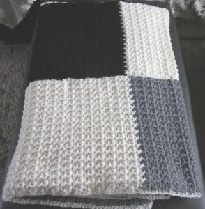Wolldecke handgehäkelt aus dicker Wolle in Wollweiß Grau und Schwarz super warm und kuschelig kaufen