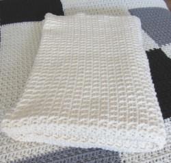 Wolldecke handgehäkelt aus Polyacryl in Wollweiß als Tagesdecke oder auf dem Sofa kaufen