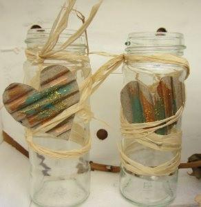 Vase Blumenvase mit Bast und einem Herzchen aus Wellpappe handbemalt mit Acrylfarbe