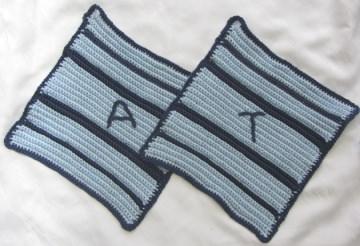 Topflappen Auftragsarbeit handgehäkelt aus Baumwolle in Blautönen mit Initialen