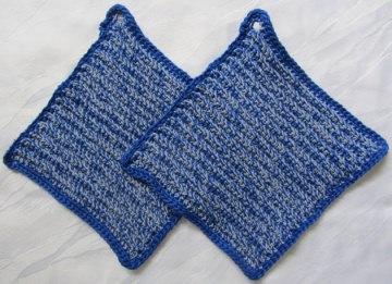 Topflappen zweifarbig handgehäkelt aus Baumwolle in Königsblau- und Hellblaumeliert