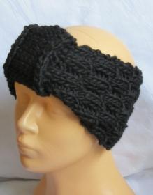 Handgestricktes Stirnband mit einer Schlaufe im Stirnbereich aus schwarzer Wolle in voluminösem Strickmuster bestellen.