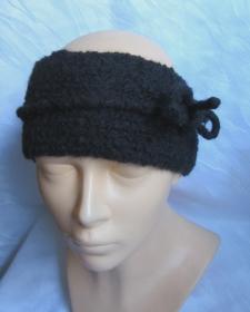 Handgestricktes und gefilztes Stirnband aus schwarzer Wolle mit einem Filzband kaufen