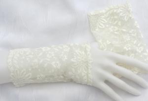 Handgefertigte Armstulpen ♥ zugeschnitten und genäht aus edler transparenter und elastischer Spitze in Creme im feinen Blütendesign für festliche Anlässe kaufen