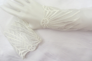 Handgefertigte Armstulpen ♥ zugeschnitten und genäht aus edler transparenter Spitze in Cremeweiß in einem edlen Design für festliche Anlässe kaufen