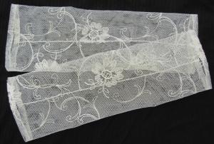 Handgefertigte Armstulpen ♥ zugeschnitten und genäht aus edler transparenter Spitze in Creme im feinen Blütendesign für festliche Anlässe kaufen - Handarbeit kaufen
