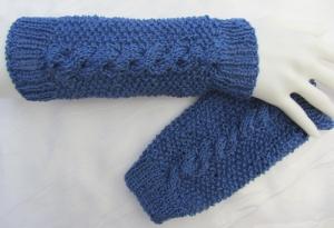 Handgestrickte Armstulpen Damen aus Baumwolle mit Zopfmuster in der Farbe Blau kaufen - Handarbeit kaufen