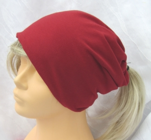 Handgefertigte Mütze ♡ Wendemütze ♡ Damen mit Öffnung für Pferdeschwanz aus Baumwolljersey in weinrot und gestreift kaufen
