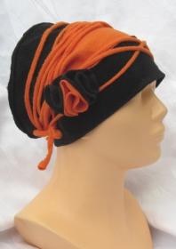 Handgefertigte Mütze Damen genäht aus Fleecestoff in genialer Farbkombination aus schwarz und orange mit einer Blüte und einem Band kaufen - Handarbeit kaufen