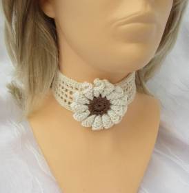 Handgehäkeltes Halsband ♡  Damen aus Baumwolle im Gittermuster in Natur Creme mit einer Häkelblüte kaufen - Handarbeit kaufen