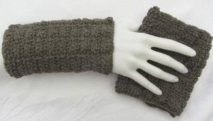 Handgehäkelte Armstulpen aus Baumwolle und Wolle in Schlamm in extravagentem Muster kaufen