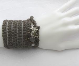 Handgehäkeltes Wickelarmband aus Baumwolle und Wolle in Schlamm mit Karabiner und Anhängern kaufen