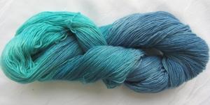 Handgefärbte Sockenwolle Blaue Lagune in Blau- und Türkistönen (4-fach) Nadelstärke 2 - 3 (Grundpreis 100 g/11,00 €) - Handarbeit kaufen