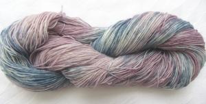 Handgefärbte Sockenwolle Hortensien in Blau- und Altrosatönen (4-fach) Nadelstärke 2 - 3 (Grundpreis 100 g/11,00 €)