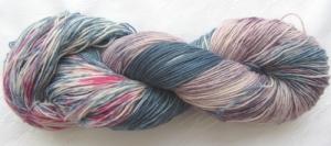 Handgefärbte Sockenwolle Eisvogel in magischen Blau- und Altrosatönen (4-fach) Nadelstärke 2 - 3 (Grundpreis 100 g/11,00 €) - Handarbeit kaufen