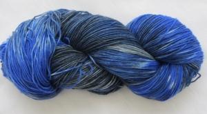Handgefärbte Sockenwolle Mondnacht in magischen Blau- und Grautönen (4-fach) Nadelstärke 2 - 3 (Grundpreis 100 g/11,00 €) - Handarbeit kaufen