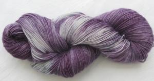 Handgefärbte Sockenwolle Lila Traum in sensationeller Farbkombination (4-fach) Nadelstärke 2 - 3 (Grundpreis 100 g/11,00 €) - Handarbeit kaufen
