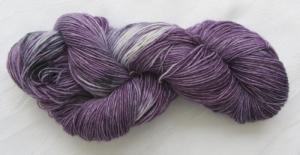 Handgefärbte Sockenwolle Lila Traum in sensationeller Farbkombination (4-fach) Nadelstärke 2 - 3 (Grundpreis 100 g/11,00 €)