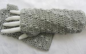 Handgehäkelte Armstulpen ☆ mit angehäkeltem Daumenloch aus Baumwolle in Grau in extravagentem Muster kaufen - Handarbeit kaufen