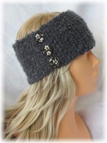 Handgestricktes stylisches Stirnband Damen gestrickt aus grauer Strukturwolle mit Knöpfen kaufen
