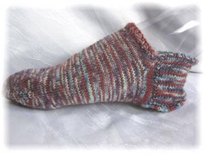 Handgestrickte kurze Socken Größe 40/41 ♡ aus handgefärbter Sockenwolle in Blau- und Rotbrauntönen kaufen - Handarbeit kaufen