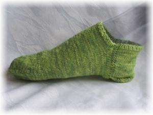 Handgestrickte kurze Socken Größe 38/39 ♡ aus handgefärbter Sockenwolle Grüne Wiese kaufen - Handarbeit kaufen