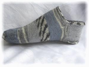 Handgestrickte kurze Socken Größe 37/38 ♡ aus Sockenwolle Blaues Meer und Steinstrand kaufen - Handarbeit kaufen