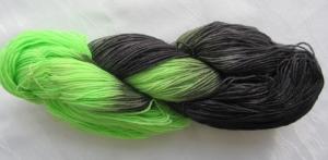 Handgefärbte Sockenwolle Maigrün Schwarz in magischer Farbkombination (4-fach) Nadelstärke 2 - 3 (Grundpreis 100 g/11,00 €) - Handarbeit kaufen