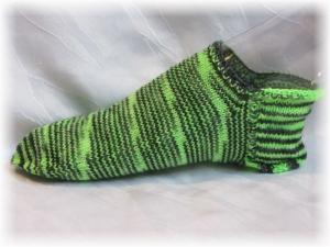 Handgestrickte kurze Socken Größe 41♡ aus handgefärbter Sockenwolle Maigrün und schwarz kaufen
