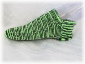 Handgestrickte kurze Socken Größe 38/39 ♡ aus handgefärbter Sockenwolle Maigrün und Schwarz kaufen