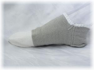 Handgestrickte kurze Socken Größe 41 ♡ aus Polyacryl (Microfaser) in Grau mit Weiß kaufen - Handarbeit kaufen