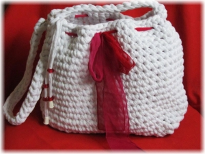 Traumhaft schöne Tasche mit Taschenbaumler handgehäkelt aus Bändchengarn mit hohem Baumwollanteil in Schneeweiß für den kleinen Einkauf oder als Handtasche kaufen - Handarbeit kaufen