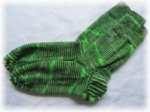 Handgestrickte Socken Größe 41♡ aus handgefärbter Sockenwolle in Maigrün und schwarz kaufen                               - Handarbeit kaufen