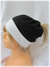Handgefertigte Mütze ♡ Wendemütze ♡ Damen mit Öffnung für Pferdeschwanz aus Baumwolljersey in Schwarz Weiß kaufen