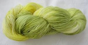 Handgefärbte Sockenwolle Gelbe Lilie in Zartgelb und -grün (4-fach) Nadelstärke 2 - 3 (Grundpreis 100 g/11,00 €)