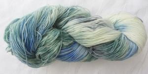 Handgefärbte Sockenwolle in Türkis und Blau (4-fach) Nadelstärke 2 - 3 (Grundpreis 100 g/11,00 €) - Handarbeit kaufen
