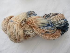 Handgefärbte Sockenwolle in Blautönen und Orangetönen (4-fach) Nadelstärke 2 - 3 (Grundpreis 100 g/11,00 €) - Handarbeit kaufen