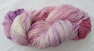 Handgefärbte Sockenwolle Lila Violett und Rosa (4-fach) Nadelstärke 2 - 3 (Grundpreis 100 g/11,00 €) - Handarbeit kaufen