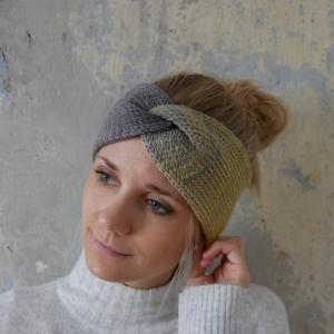 Modell CARO DOUBLE Stirnband mit Twist FarbverlaufsWolle von zimtblüte  handgestrickt