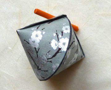 Schmuck-/Geschenkschächtelchen silberne Blüten