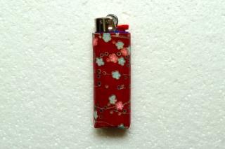 Feuerzeughülle Blüten auf weinrot für BIC Feuerzeuge