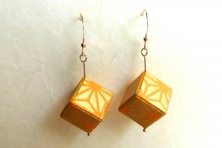 Ohrhänger Origami Würfel weiss orange-goldenes Sternmuster