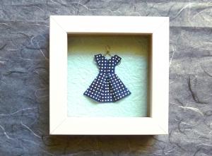 Minibild mit niedlichem Papierkleidchen auf Kleiderbügel, 10 x 10 cm