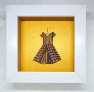 Minibild mit niedlichem Papierkleidchen auf Kleiderbügel, 10 x 10 cm  (Kopie id: 100194619)