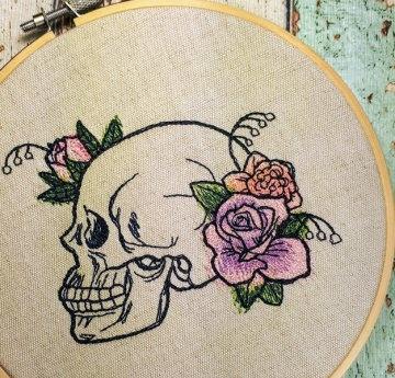 ♥ Stickrahmenbild Dire Blooms Skull -Totenkopf mit Blumen gestickt