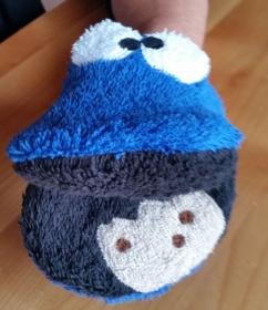 Waschhandschuh blaues Keksmonster für Kinder das gerade ein Schokokeks verspeist