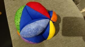 bunter farbenfroher Greifball mit Klapper, Motorikball - Handarbeit kaufen