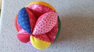bunter Greifball in rosa mit Klapper, Motorikball   - Handarbeit kaufen