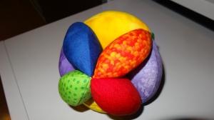 bunter farbenfroher Greifball mit Klapper, Motorikball
