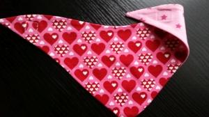 rosa farbenes Wendehalstuch mit vielen Herzen - die Rückseite ist Sternen - Handarbeit kaufen